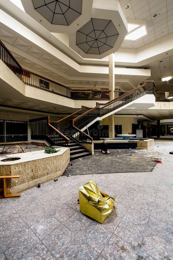 Centro comercial - Randall Park Mall - Cleveland abandonados, Ohio imágenes de archivo libres de regalías