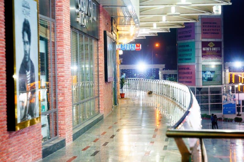 Centro commerciale all'aperto in Noida con le tesaurizzazioni di marca fotografie stock
