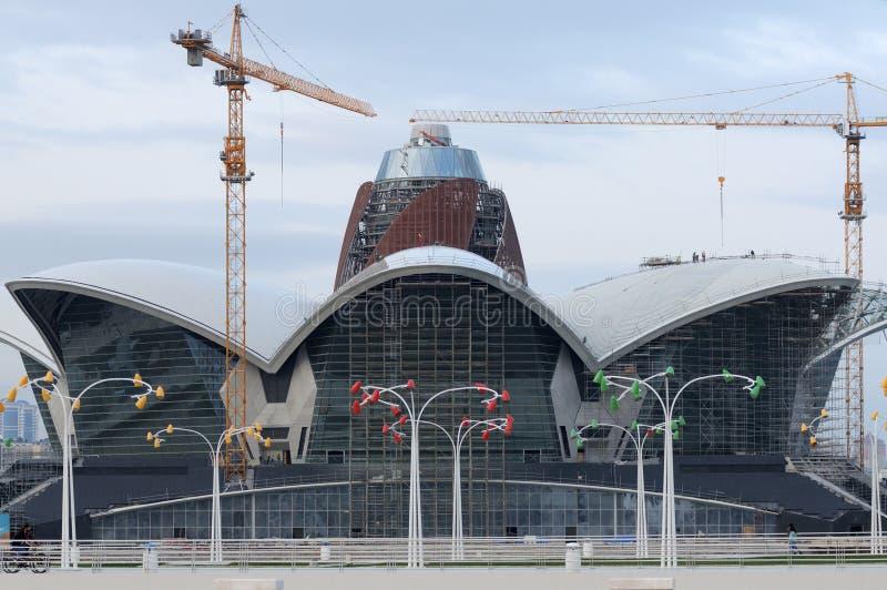 Centro commerciale in costruzione il lungomare caspico, Bacu, Azerbaigian fotografie stock libere da diritti