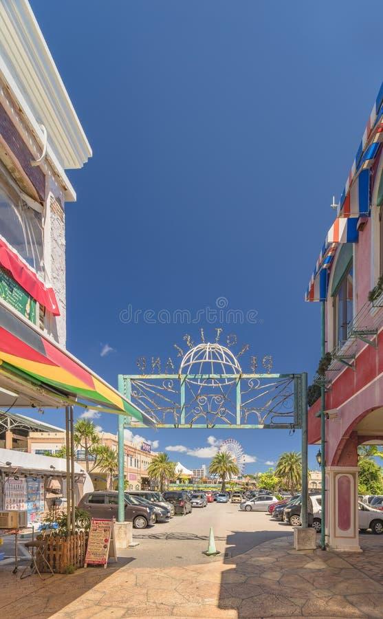 Centro commerciale del negozio del villaggio americano della città di Chatan nell'isola di Okinawa dove distorsione S immagine stock