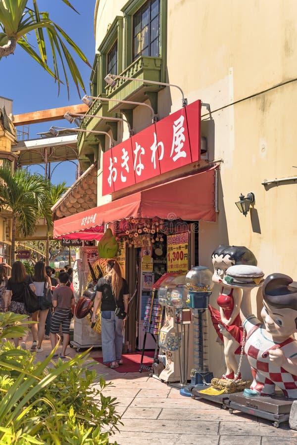 Centro commerciale del negozio del villaggio americano della città di Chatan nell'isola di Okinawa immagine stock libera da diritti