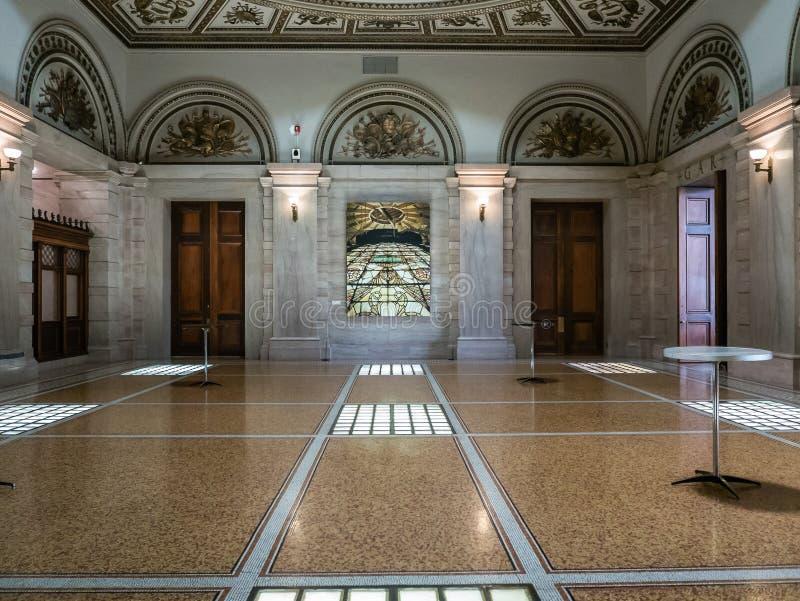 Centro cultural de Chicago abaixo da abóbada fotos de stock