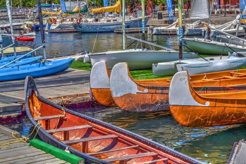 Centro da canoa & do caiaque de Harbourfront em um verão perfeito de toronto que moorning imagem de stock