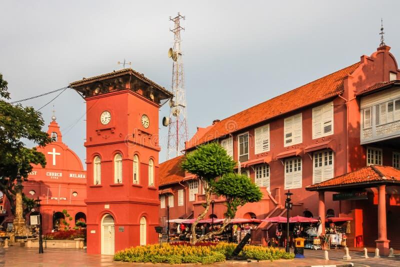 Centro da cidade com igreja e torre-Melaka, Malásia imagens de stock royalty free