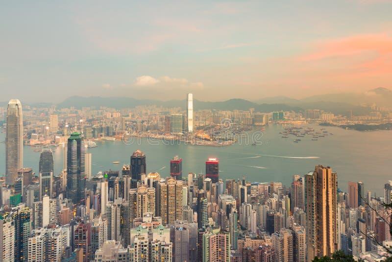 Centro da cidade da construção do negócio de Hong Kong sobre Victoria Bay imagens de stock