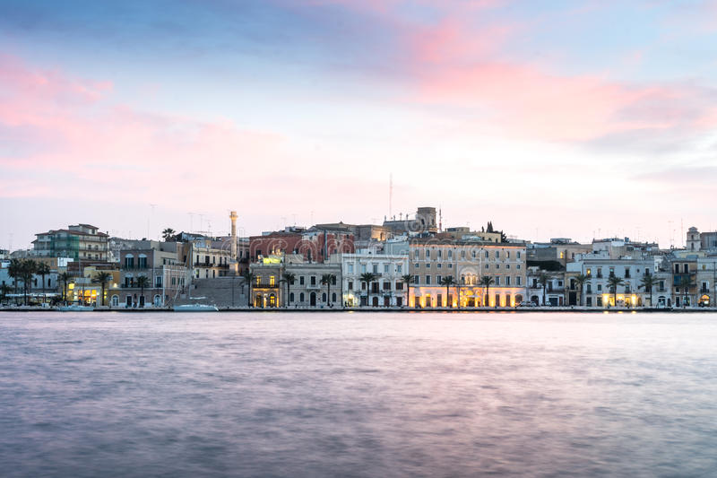 Centro da cidade de Brindisi, Puglia, ao sul de Itália imagem de stock