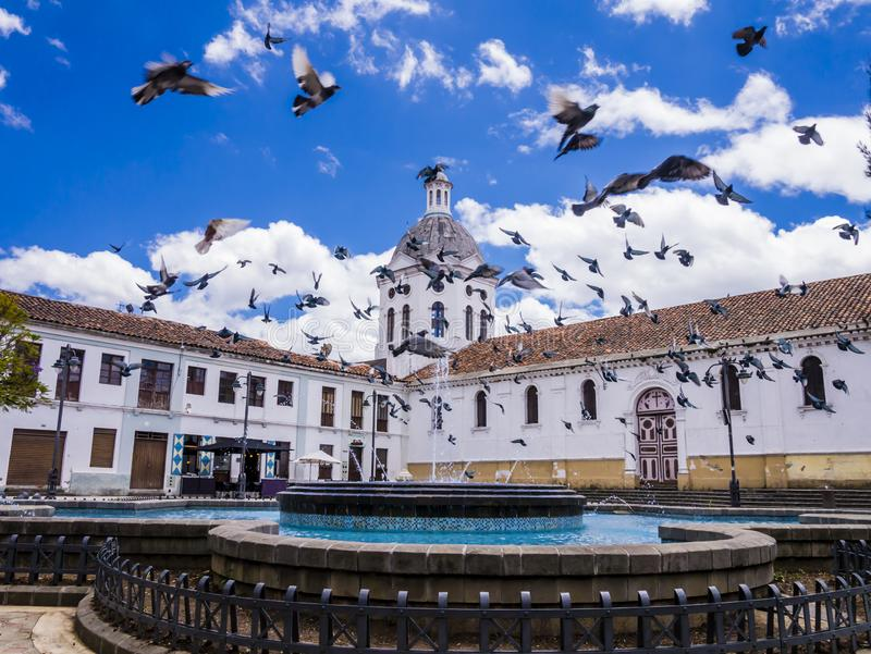 Centro da cidade de Equador, Cuenca, vista cênico da igreja de San Sebastian fotografia de stock royalty free