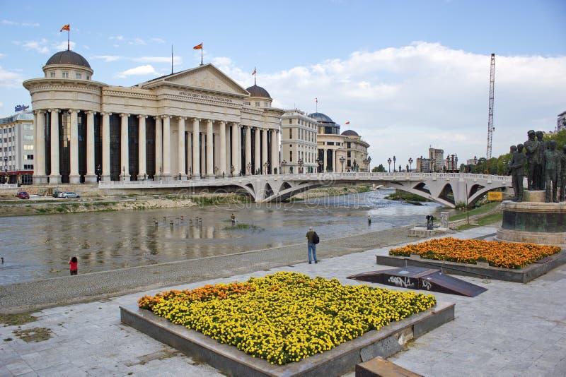 Centro da cidade de Skopje, Macedônia - museu arqueológico e jardins fotografia de stock royalty free