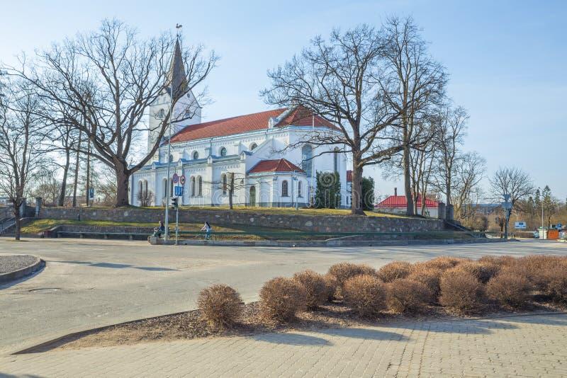 Centro da cidade e igreja velhos em Saldus, Letónia imagens de stock