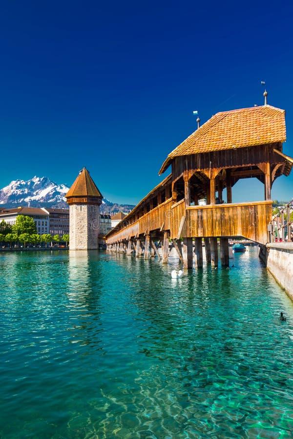 Centro da cidade histórico da lucerna com os cumes famosos da montanha e do suíço de Pilatus, Luzern, Suíça fotografia de stock royalty free