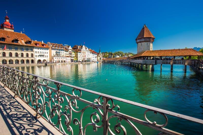 Centro da cidade histórico da lucerna com a ponte da capela e lucerna famosas do lago, Suíça fotografia de stock royalty free