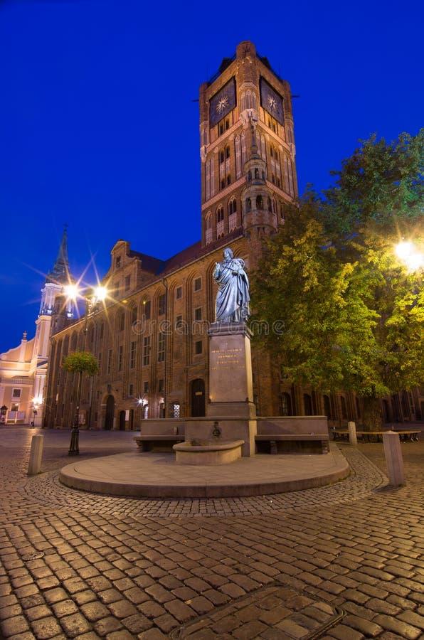 Centro da cidade histórico em Torun Estátua do astrônomo Nicolaus Copernicus e da câmara municipal Torun, Poland imagens de stock