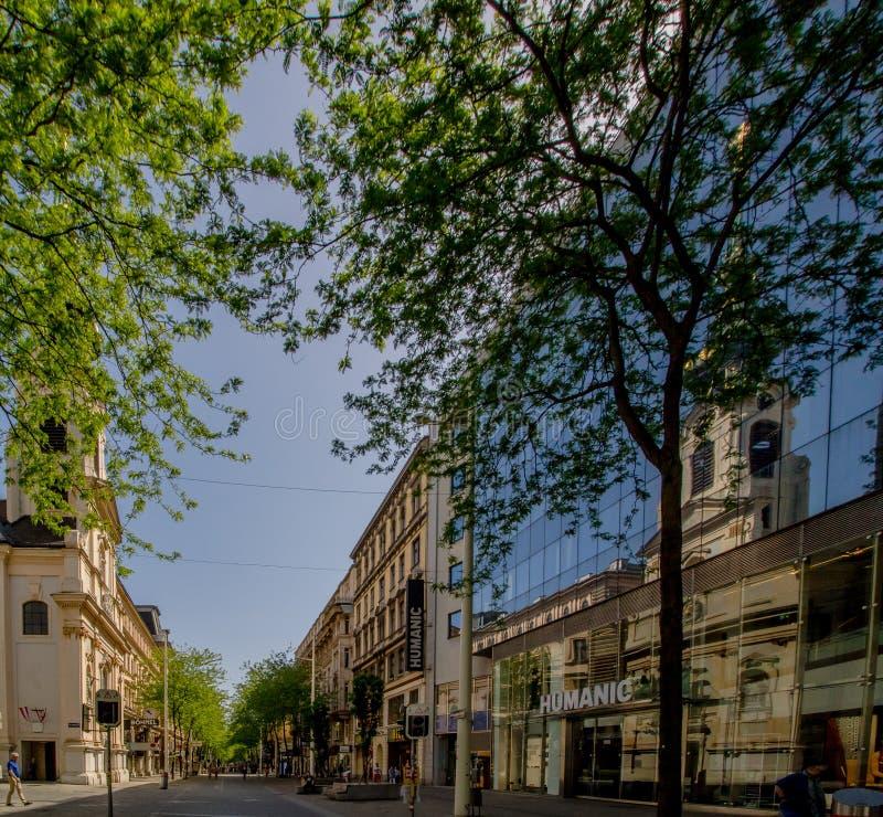 Centro da cidade prolongado Mariahilf em Viena, ?ustria, outono fotografia de stock