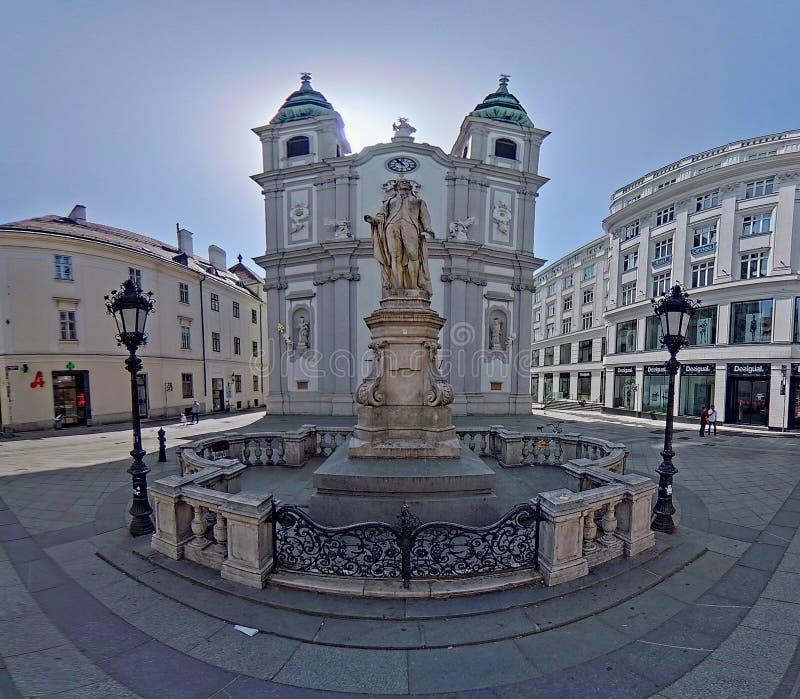 Centro da cidade prolongado Mariahilf em Viena, ?ustria, outono fotos de stock royalty free