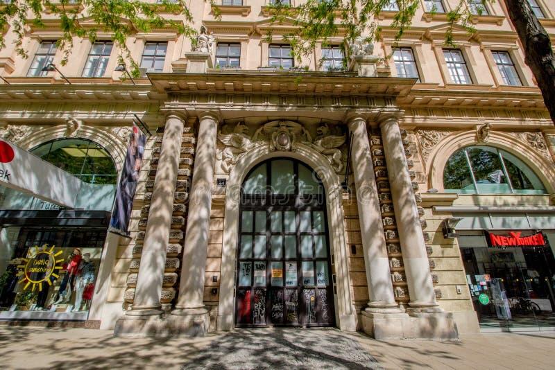 Centro da cidade prolongado Mariahilf em Viena, ?ustria, outono imagens de stock