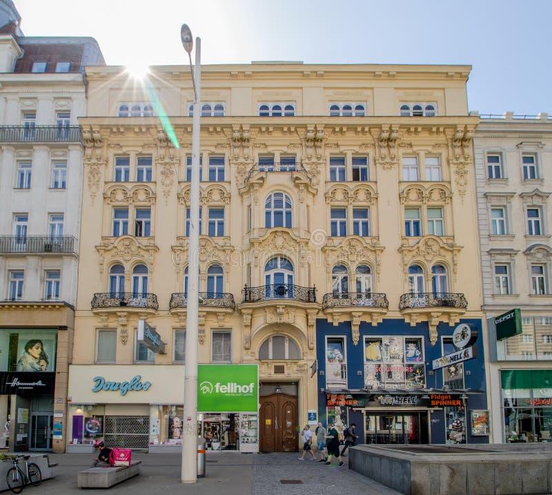 Centro da cidade prolongado Mariahilf em Viena, ?ustria, outono imagem de stock