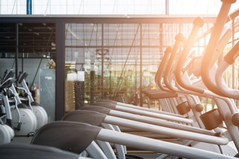 centro da facilidade da aptidão, interior do gym, health club com esportes t fotografia de stock