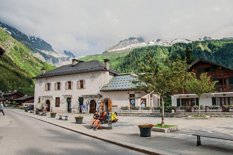 Centro da vila com casas e paisagem alpina em Argentière, imagens de stock royalty free