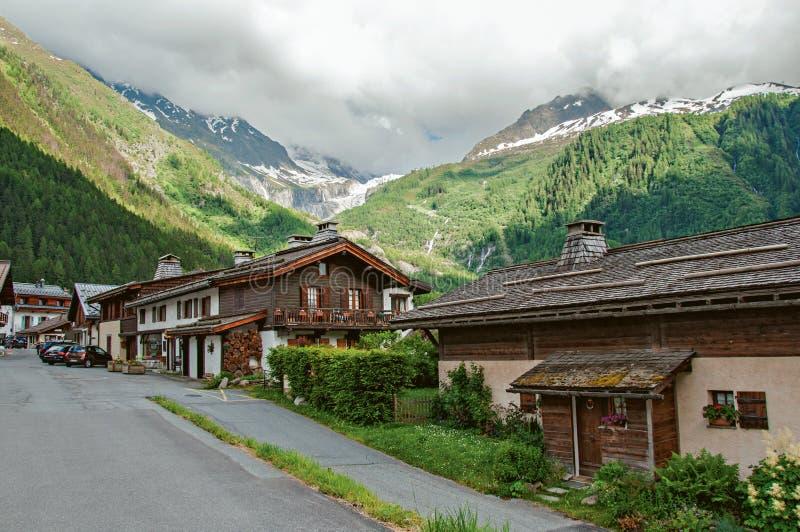 Centro da vila com casas e paisagem alpina em Argentière, fotos de stock