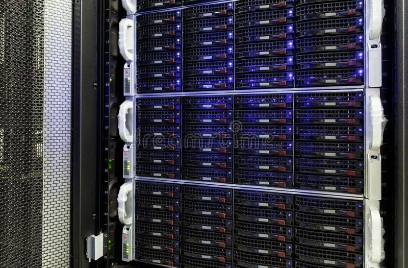 Centro dati moderno con stoccaggio dei dischi rigidi immagine stock