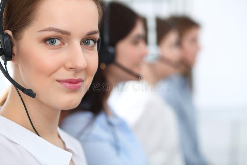 Centro de atención telefónica Clientes asesores sonrientes alegres hermosos del operador con las auriculares Concepto del negocio imagenes de archivo