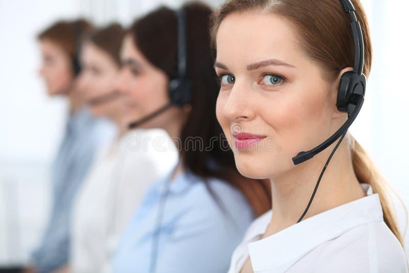 Centro de atención telefónica Clientes asesores sonrientes alegres hermosos del operador con las auriculares Concepto del negocio imagen de archivo libre de regalías