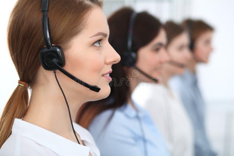 Centro de atención telefónica Clientes asesores sonrientes alegres hermosos del operador con las auriculares Concepto del negocio foto de archivo libre de regalías