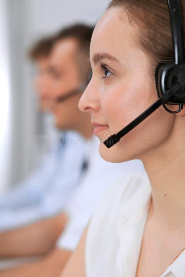 Centro de atención telefónica Foco en mujer hermosa en auriculares fotografía de archivo