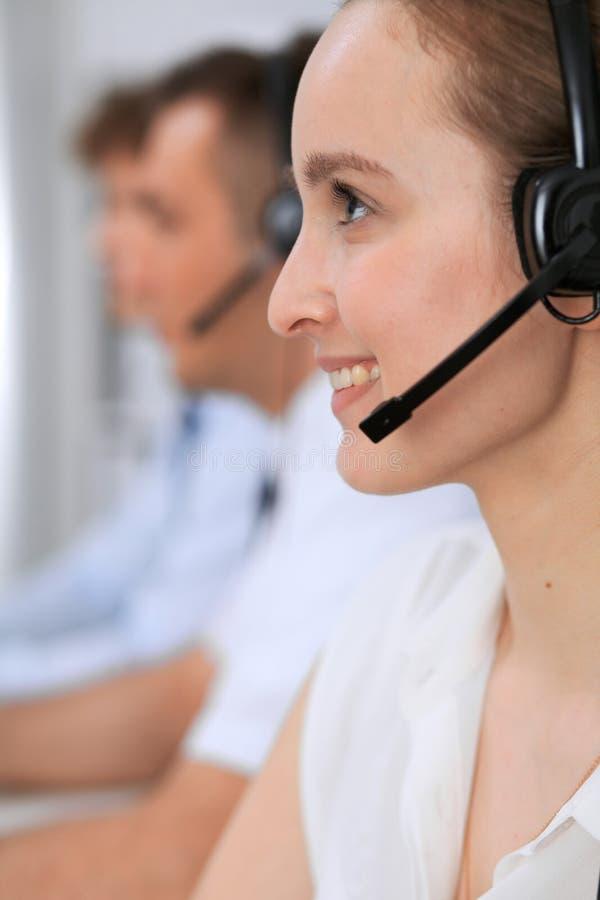 Centro de atención telefónica Foco en mujer hermosa en auriculares fotografía de archivo libre de regalías