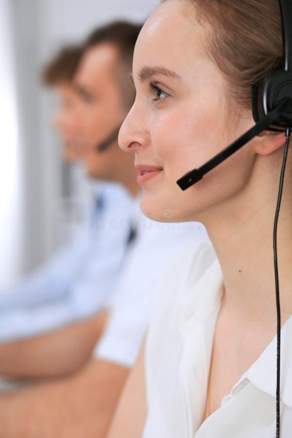 Centro de atención telefónica Foco en mujer hermosa en auriculares imágenes de archivo libres de regalías