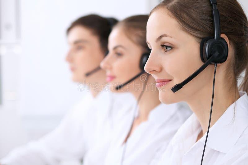 Centro de atención telefónica Foco en mujer hermosa en auriculares fotos de archivo libres de regalías