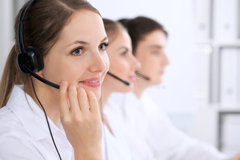 Centro de atención telefónica Foco en mujer hermosa en auriculares imagen de archivo libre de regalías