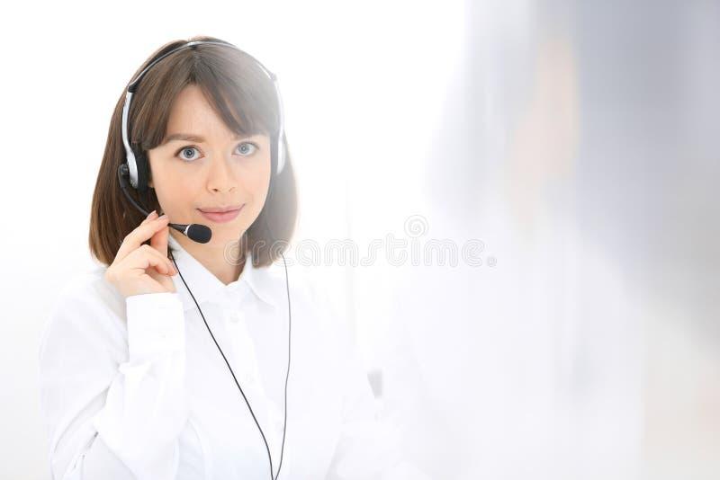 Centro de atención telefónica Grupo de operadores en el trabajo Foco en mujer morena joven Concepto del asunto foto de archivo libre de regalías