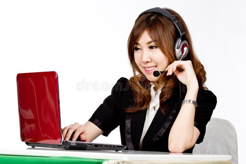Centro de atendimento asiático das mulheres com auriculares do telefone fotos de stock
