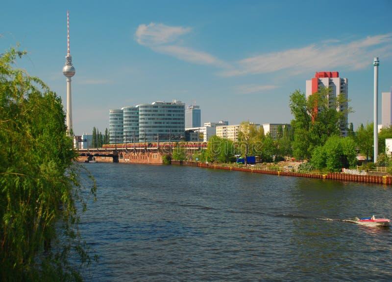 Centro de Berlín, de Alemania, de ciudad y río de la juerga imágenes de archivo libres de regalías