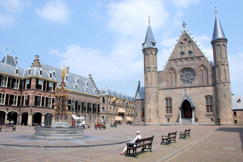 Centro de Binnenhof La Haya de la política holandesa con Ridderzaal y casa del senado imagen de archivo