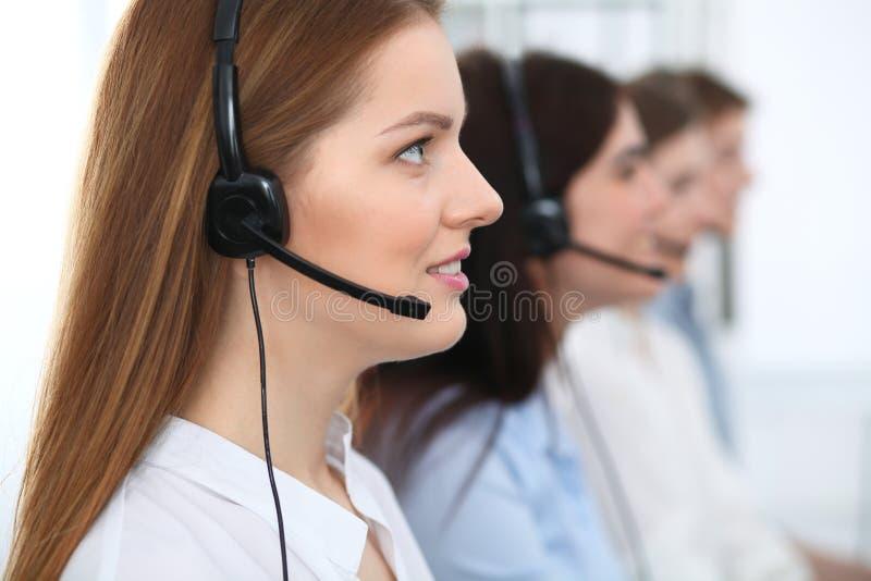 Centro de chamadas Clientes de consulta de sorriso alegres bonitos do operador com auriculares Conceito do negócio do serviço ao  foto de stock