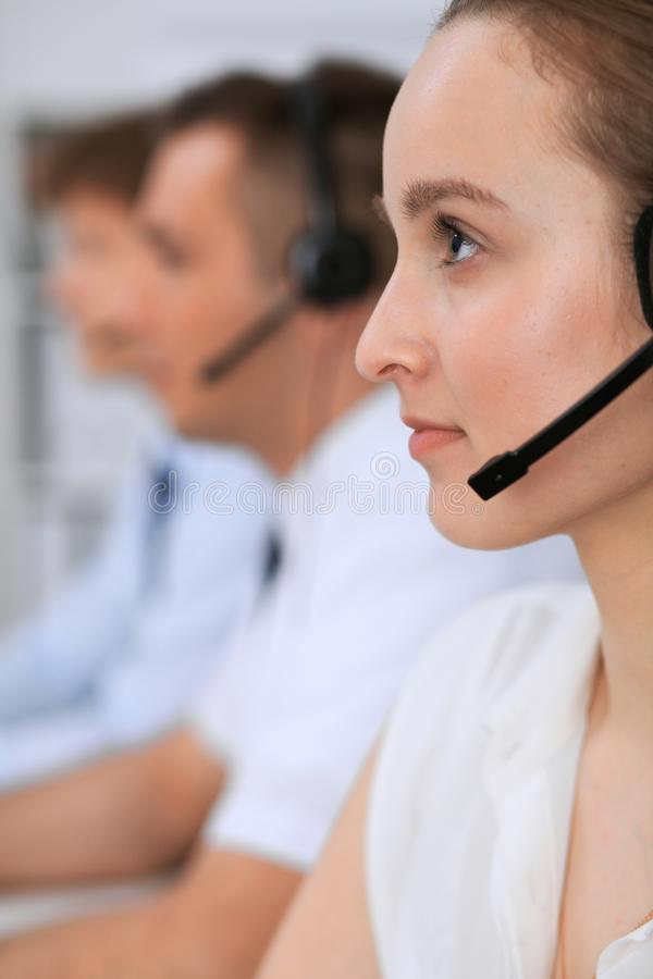 Centro de chamadas Foco na mulher bonita nos auriculares foto de stock royalty free