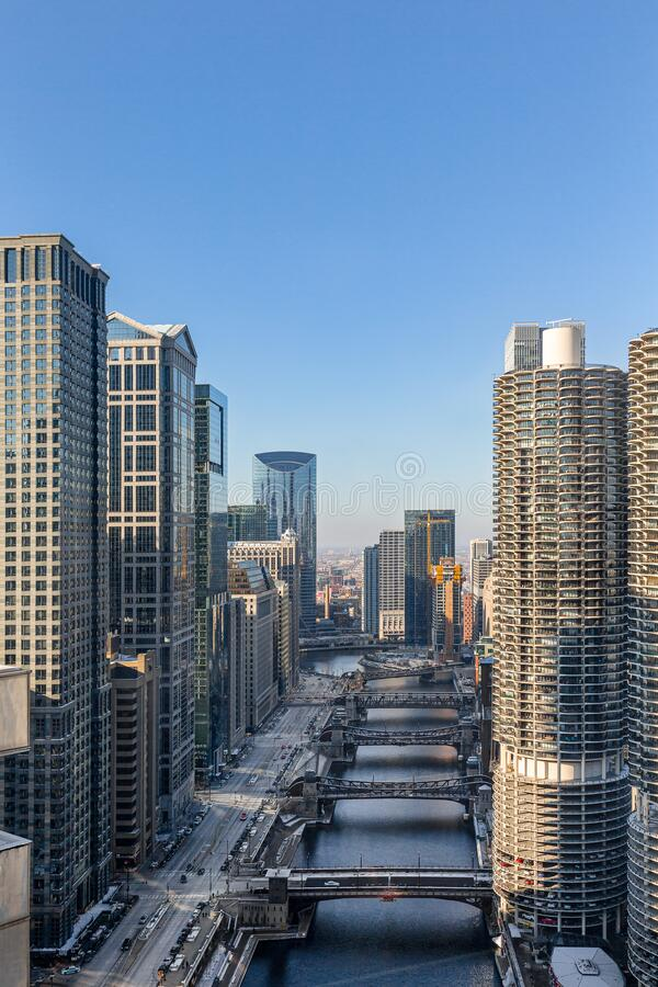 Centro de Chicago: Rascacielos a lo largo del río Chicago y Wacker Drive fotos de archivo libres de regalías