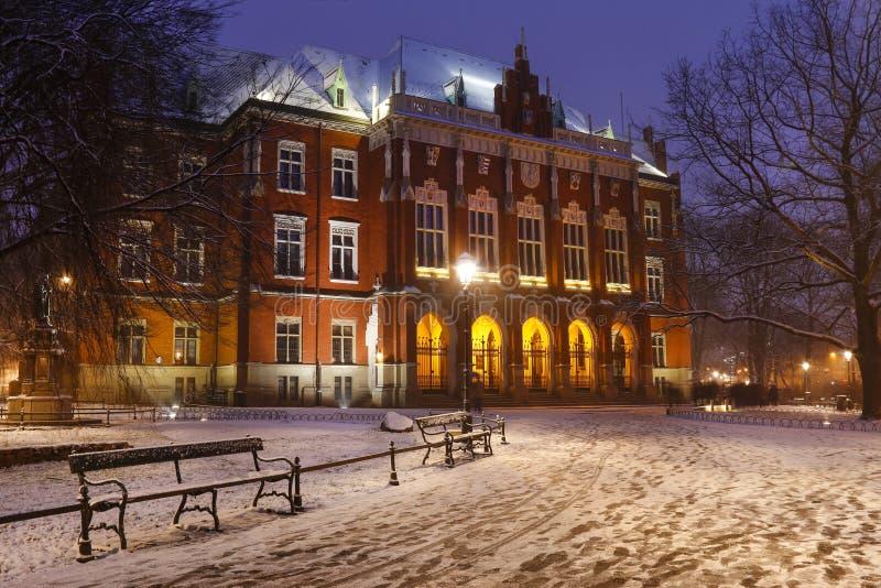 Centro de cidade histórico de Krakow na noite Construção principal de Jagiel foto de stock