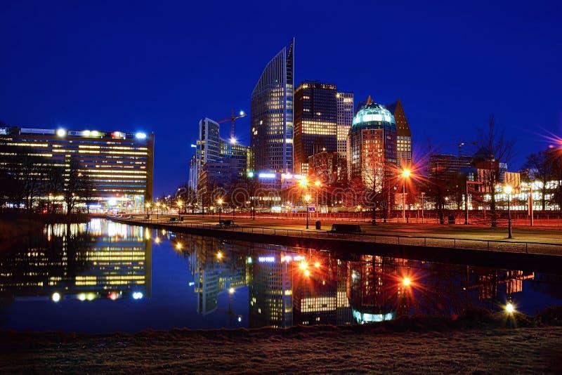Centro de cidade na noite fotos de stock royalty free