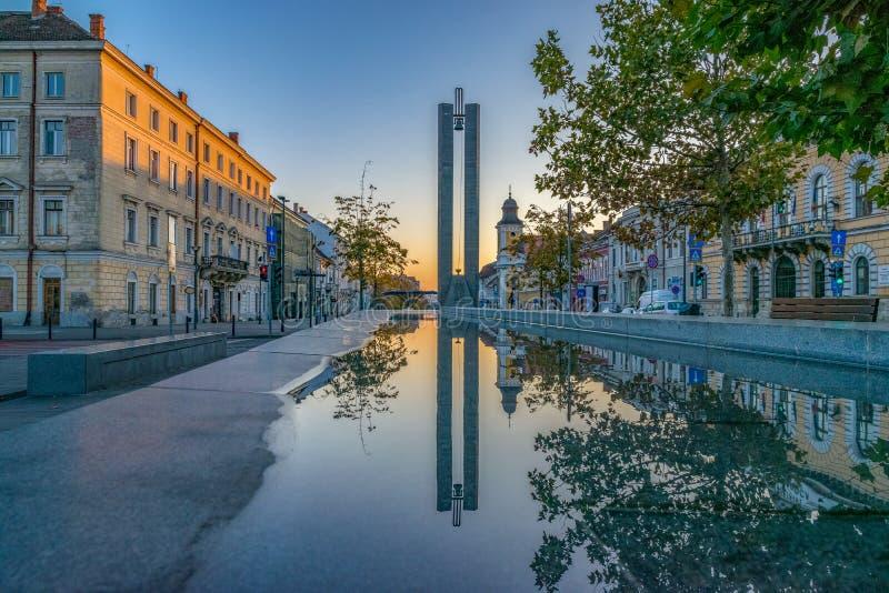 Centro de ciudad de Cluj-Napoca Visión desde el cuadrado de Unirii al monumento y a la avenida de Eroilor, avenida de los héroes  imagen de archivo