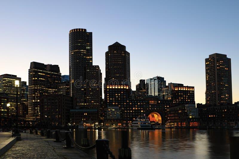Centro de ciudad de Boston, Massachusetts en la oscuridad foto de archivo