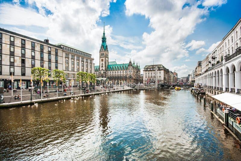 Centro de ciudad de Hamburgo con el ayuntamiento y el río de Alster, Alemania fotografía de archivo