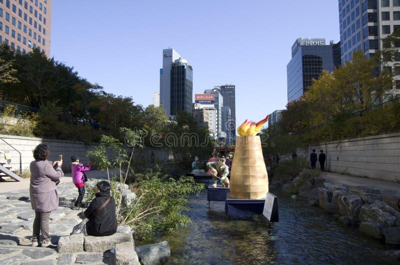 Centro de ciudad de la corriente de Seul Cheonggyecheon fotos de archivo