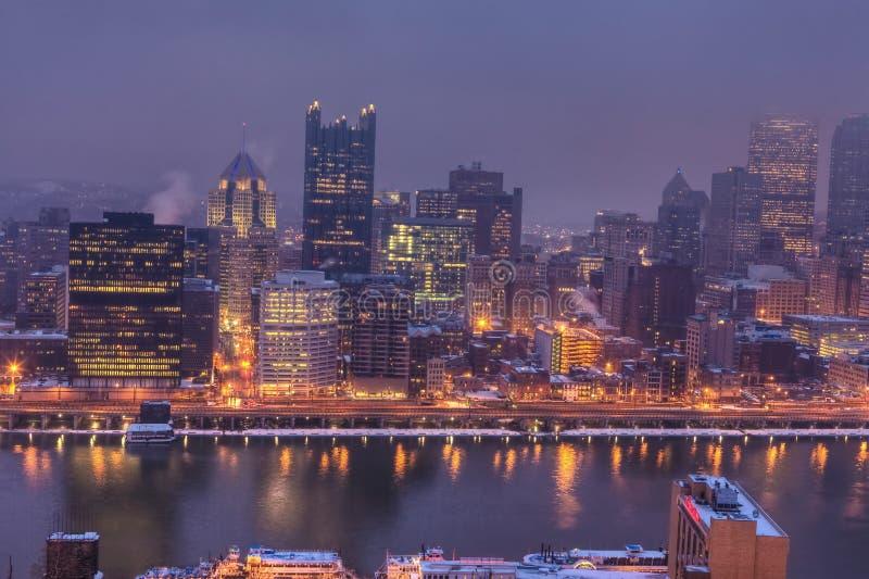 Centro de ciudad de la Pittsburgh, Pennsylvania en la noche fotografía de archivo