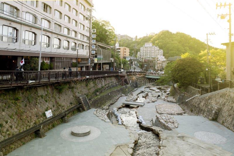 Centro de ciudad del paso de la corriente de las aguas termales que fluye de Arima Onsen en Kita-ku, Kobe, Japón imagenes de archivo