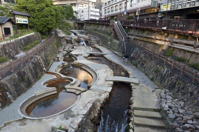 Centro de ciudad del paso de la corriente de las aguas termales que fluye de Arima Onsen en Kita-ku, Kobe, Japón foto de archivo