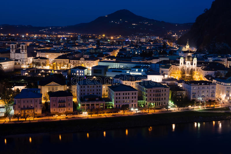 Centro de ciudad histórico de Salzburg en la noche, Austria foto de archivo libre de regalías