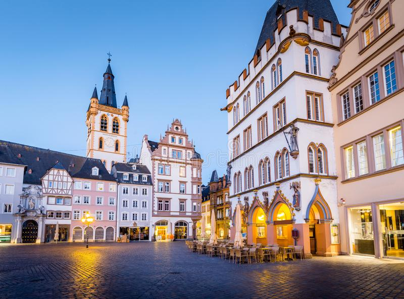 Centro de ciudad histórico del Trier en crepúsculo, Renania-Palatinado, Alemania imagen de archivo libre de regalías